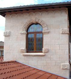 L'association du vitrail et de la pierre, recréée grâce à l'enduit Decopierre®, donne du charme à cette façade !