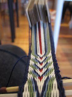 I helgen var jeg på kurs og lærte om brikkevev. Det var så morsomt! Brikkevev er den visst den eldste kjente vevteknikken, og har blitt p... Inkle Weaving, Inkle Loom, Card Weaving, Tablet Weaving, Finger Weaving, Willow Weaving, Peyote Stitch Patterns, Tear, Lana