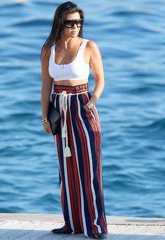 Top branco e calça soltinha estampada. Kourt Kardashian