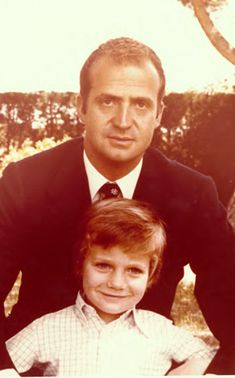 Prince Felipe's first offical photograph, whith his father in 1977