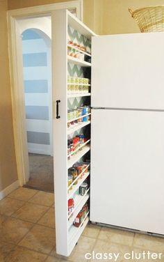 Pour créer des rangements dans une petite cuisine sans envahir les placards, créez votre cellier ! Fin, à glisser entre le mur et le réfrigérateur, il sera