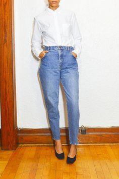 Blue zip hem tapered jeans  #vintage #vintageclothing #vintageshop #vintagetop #jeans #jeans #denim #highrise #momjeans #bluejeans #fall #winter #layering #montreal #mtl #ootd