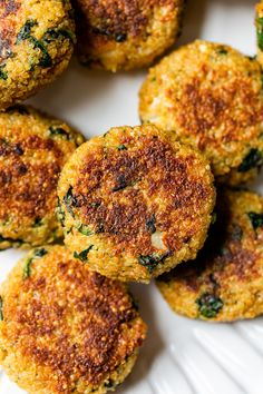 These spinach and quinoa patties are delicious, vegetarian and packed with protein and nutrients! They almost make me think I'm eating a chicken cutlet or meatball, without the meat. dinner paleo Quinoa and Spinach Patties Quinoa Recipes Easy, Veggie Recipes, Healthy Recipes, Beef Recipes, Vegetarian Dinners, Vegetarian Recipes, Vegetarian Chicken, Quinoa Patty, Healthy Cooking