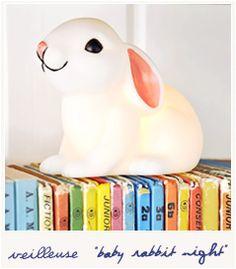 baby rabbit night / VEILLEUSE LAPINOU Une petite lampe / veilleuse en forme de lapin blanc. Difficile de ne pas craquer pour son petit museau rose ! Comme elle fonctionne avec des piles (déjà fournies), vous pourrez l'emmener facilement avec vous. De la chambre au salon, il restera ainsi toujours avec vous, prêt à éclairer de sa lumière toute douce.