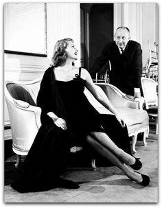 Christian Dior - Estados Unidos e Celebridades  Ele parte para os Estados Unidos para conquistar o mercado da moda em 1948, menos de um ano após o lançamento de sua primeira coleção, onde abriu Christian Dior New York Inc.  http://sergiozeiger.tumblr.com/post/108841004098/christian-dior-granville-21-de-janeiro-de-1905  Ele estabelece uma política ativa de difusão de seu nome e de licenciamento, no ano seguinte, sendo o primeiro a ter em sua casa de moda de um serviço de comunicação…