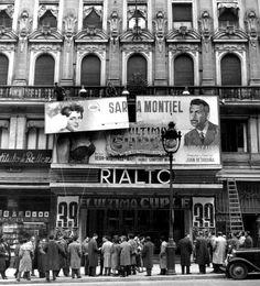 Cine Rialto. Reponiendo carteles tras 39 semanas de proyección de El último Cuplé, el gran éxito de Sara Montiel, que permanecía en cartel durante casi un año
