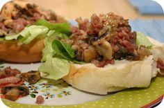 Op dit eetdagboek kookblog : Broodje Hamburger met Champignons en Spek - Ingrediënten: 250 gram dobbelsteentjes ontbijtspek, 1 ui, 200 gram champignons, 3 hamburgers, sla, 3 witte bollen,