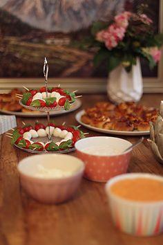 Partysnacks  Pizzaschnecken Aivardip Tunfischdip Tomaten-Mozarella-Spieße