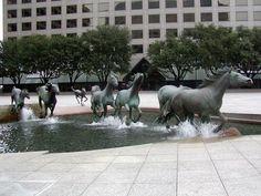 Mustangs (Texas, EE.UU) por Robert Glen  Situada en la plaza Williams en Las Colinas de Irving, Texas, en el año 1984, es una de las esculturas ecuestres más grandes del mundo con una escala de 1,5