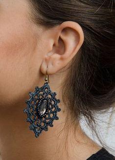Brinco Cinza Oval com pedras Tatting Earrings, Tatting Jewelry, Tatting Lace, Beaded Jewelry, Crochet Earrings, Handmade Jewelry, Thread Crochet, Crochet Motif, Crochet Crafts