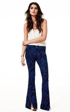Lookbook Raizz Primavera-Verão 14 - Blusa de alça off-white estampada. Calça flare estampa floral  marinho, com fenda frontal