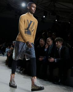 A look from the Louis Vuitton Fall-Winter 2018 Fashion Show by Kim Jones. See all the looks now at louisvuitton.com. Fashion Show, Mens Fashion, Fashion Trends, Winter 2018 Fashion, Mens Fall, Winter Trends, H Style, Casual Wear, Celebrity Style