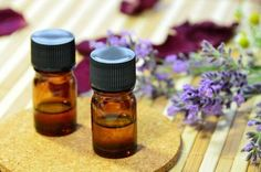 Aromatherapy hasn't been shown to abort a migraine attack, but they can help relieve some of the symptoms. Here are 12 essential oils that can be used to help ease the symptoms of a migraine, as well Home Remedies For Ringworm, Natural Headache Remedies, Acne Remedies, Natural Cures, Health Remedies, Natural Health, Huile Tea Tree, Tea Tree Oil, Bio Oil Uses