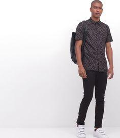 Camisa masculina      Estampada      Manga curta      Marca: Request      Tecido: tricoline      Modelo veste tamanho: M           Medidas do modelo:         Altura: 1,88    Tórax: 94    Cintura: 80    Quadril: 98         COLEÇÃO VERÃO 2017         Veja outras opções de    camisas masculinas.           Está com dúvidas na tabela de medidas? Confira abaixo a equivalência dos tamanhos para facilitar sua compra:        01 = PP    02 = P    03 = M    04 = G    05 = GG ...