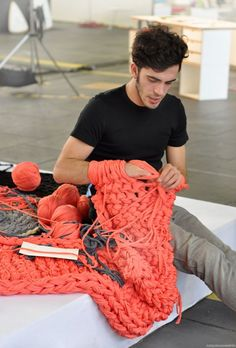 Arm knitting . . . . I must try this!!! Seriously - this needs to be a project for me!