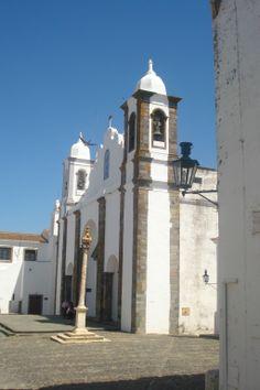 Foto tirada da Igreja de Nossa Senhora da Lagoa e o pelourinho, Monsaraz, Portugal.