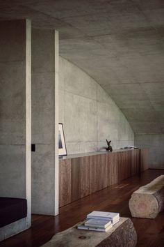 This curvature is visible in every room of the house and its outline defines the height of the windows, further reinforcing the home's connection to its natural surroundings.