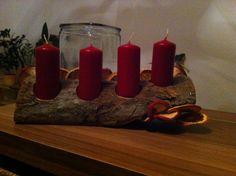Adventskranz, bohre grosse Löcher in ein schönen Holzscheit, dekoriere getroknette Orangen- und Apfelringe mit Heissklebepistole und geniesse den Advent
