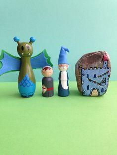 Burg Kinder Zimmer Dekor, Spielset mit Drachen-Assistenten und Ritter, Handpainted Pegdolls und Stein von Mammabook auf Etsy https://www.etsy.com/de/listing/204345681/burg-kinder-zimmer-dekor-spielset-mit