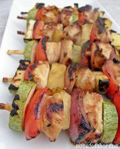 Brochetas de pollo y vegetales con salsa agridulce oriental | http://www.pizcadesabor.com/2013/01/15/brochetas-de-pollo-y-vegetales-con-salsa-agridulce-oriental/