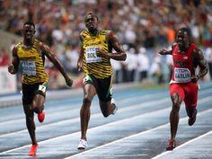 Usain Bolt (M) flitzt der Konkurrenz in 9,77 Sekunden beim 100-Meter-Sprint der Leichtathletik-WM in Moskau davon. Sowohl der US-Amerikaner Justin Gatlin (r) in 9,85 Sekunden, als auch Bolts jamaikanischer Landsmann Kemar Bailey-Cole können dem Superstar nur hinterherjagen.  Bailey-Cole musste kurz vor dem Ziel sogar noch Nesta Carter passieren lassen und wurde nur Vierter. (Foto: Srdjan Suki/dpa)
