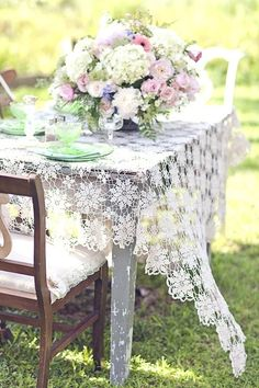 Rustic Wedding Reception Ideas that we know you are going to love. Burlap table runners, shabby chic decor the works. Estilo Shabby Chic, Vintage Shabby Chic, Shabby Chic Decor, Lace Decor, Vintage Romance, Vintage Style, Design Creation, Vibeke Design, Rustic Wedding Reception