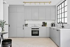 IKEA Veddinge glans vil den bli for blå mot beige? Ikea Kitchen Design, Modern Kitchen Design, Home Decor Kitchen, Kitchen Furniture, Kitchen Interior, Grey Kitchens, Home Kitchens, Kitchen Models, Minimalist Kitchen