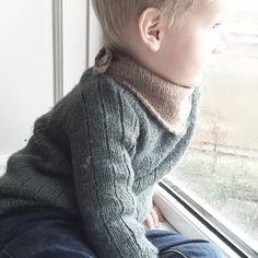 morgen i vinduskarmen      #detregner #viserpåtrafikken #yndlingsspot #ullungen #hjemmestrikket #strikkibruk #winterplaysweater #knappeskjerf #barnestrikk #striktilbørn #strikkedilla #javielskerstrikk