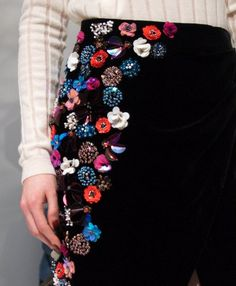 Diy Embroidery Patterns, Tambour Embroidery, Embroidery On Clothes, Couture Embroidery, Bead Embroidery Jewelry, Embroidery Fashion, Fashion Design Books, Fashion Details, Look Patches
