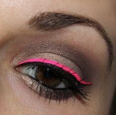 El delineador de neón queda más lindo de lo que pensábamos:   17 Formas de delinearte los ojos sin parecer un payaso