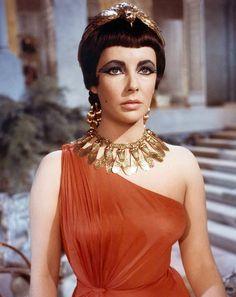 大ぶりのアクセサリーに オレンジのワンショルダードレスが素敵 クレオパトラのスタイル