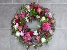 Precious Tips for Outdoor Gardens - Modern Funeral Tributes, Diy Projects For Beginners, Funeral Flowers, Simple Flowers, Garden Projects, Flower Crown, Grapevine Wreath, Outdoor Gardens, Floral Arrangements