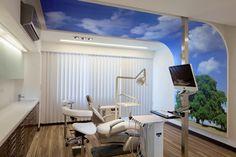 Θέση: Κηφισιά Tο έργο βρίσκεται στην Κηφισιά και αφορά στη μετατροπή ενός χώρου γραφείων σε κέντρο ολοκληρωμένων οδοντιατρικών υπηρεσιών. Πρωταρχική επιδίωξη αποτέλεσε η ισορροπία των λειτουργικών απαιτήσεων ενός ιατρείου και η λιτή γεωμετρία χώρου. Βασικός στόχος είναι η δημιουργία ενός χώρου που θα κεντρίζει το ενδιαφέρον του επισκέπτη παραμένοντας ταυτόχρονα «επαγγελματικός». Κυρίαρχο στοιχείο της λύσης …