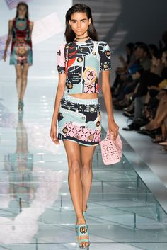Italian fashion house Versace presented their new spring/summer 2015 collection at Milan fashion week spring Donatella Versace delivered very fresh, Versace 2015, Runway Fashion, Love Fashion, Fashion Show, Fashion Design, Milan Fashion, Spring Summer 2015, Spring Summer Fashion, Fall 2016
