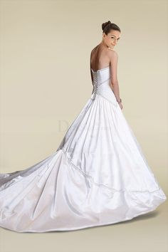 Fancy Newly Designed Weeding Dress with Sensual Scalloped Bodice and Charming Cathedral Train