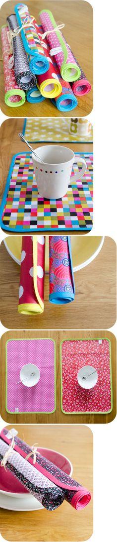 Sur le modèle des sets de table de Louise, voici une série de sets colorés, en toile enduite, pour égayer votre table (non, la vaisselle n'est pas fou...