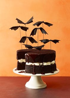 Haunted Tree Halloween Cake Recipe: It's spooky and haunted, but very delicious! Try making this Haunted Tree Halloween Cake for friends and family this season! Halloween Desserts, Plat Halloween, Spooky Halloween Cakes, Easy Halloween Crafts, Halloween Party Themes, Halloween Birthday, Pretty Halloween, Happy Halloween, Halloween Girlande