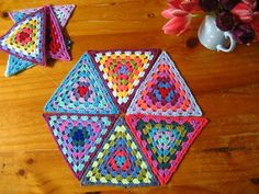 Transcendent Crochet a Solid Granny Square Ideas. Inconceivable Crochet a Solid Granny Square Ideas. Crochet Triangle Pattern, Crochet Motif, Crochet Designs, Crochet Yarn, Easy Crochet, Crochet Bunting, Crochet Blocks, Crochet Squares, Crochet Free Patterns