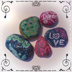 #rockpainting #stonepainting #paintedrocks #paintedstones #handpainted #aforism #aphorism #crafting #craftingideas #stones #piedras #color #vhga #behappy #happycrafting #artsy #granalacant Painted Rocks, Hand Painted, Stone Painting, Stones, Artsy, Crafting, Color, Instagram, Rocks