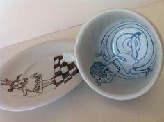 """Xícara de café pintada à mão. Coleção CAFÉ & CONTO. """"ALICE NO PAÍS DAS MARAVILHAS"""". Ilustração: Márcia Menezes"""