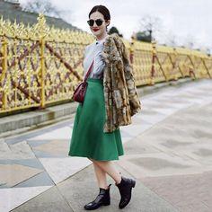 Vic Ceridono - Dia de Beauté @vicceridono Today's outfit ✨✨ Saia midi, camisa e casaco de pele fake.