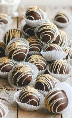 It's true what they say, great things come in small packages! Like these S'mores cake balls. These cake balls with Graham crackers and marshmallows can be Delicious Desserts, Dessert Recipes, Cake Ball Recipes, Petit Cake, Smores Cake, Cake Truffles, Moist Cakes, Graham Crackers, Macarons