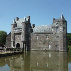 Château de Trécesson Plus Chateau Medieval, Medieval Castle, Tower House, Castle House, Chateau Moyen Age, Witches Castle, French Pictures, Small Castles, Castle Pictures