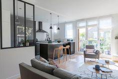 Un salon ouvert sur la cuisine avec une verrière d'intérieur - Réalisation signée Christiansen Design