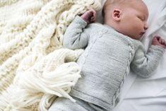 BABY BOHO BLANKET by Ministrikk: Teppet som er med barnet fra start og i mange år fremover. Her er vesle Kalle på vei hjem fra sykehuset i Ministrikks Hentesett, akkompagnert baby boho-teppet.