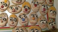 Goofy Dad biscuits for Father's Day morning tea at school! I used arrowroot biscuits, plain icing, l Arrowroot Biscuits, Iced Biscuits, Toddler Lunches, Easy Party Food, Birthday Treats, Cooking With Kids, Bake Sale, Craft Party, Food Coloring
