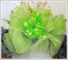 make a Christmas mesh bow