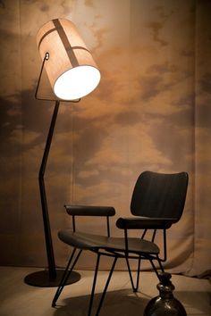 Le lampadaire Fork incarne un style décontracté tout en s'inspirant de l'univers du camping. Son abat-jour en toile canvas avec de grosses surpiqûres, ses superpositions de tissus et ses anneaux en métal évoquent les toiles de tente.