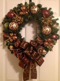 Christmas decoration 2017 red with gold Classy Christmas, Christmas Swags, Christmas Door, Gold Christmas, Deco Mesh Wreaths, Holiday Wreaths, Christmas Time, Christmas Crafts, Outdoor Christmas