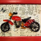 """Купить или заказать картина из стекла """"Мотоцикл"""", коллаж на стену в интернет магазине на Ярмарке Мастеров. С доставкой по России и СНГ. Срок изготовления: от 3 до 10 дней. Материалы: стекло, багетная рама. Размер: формат 20х30 см"""